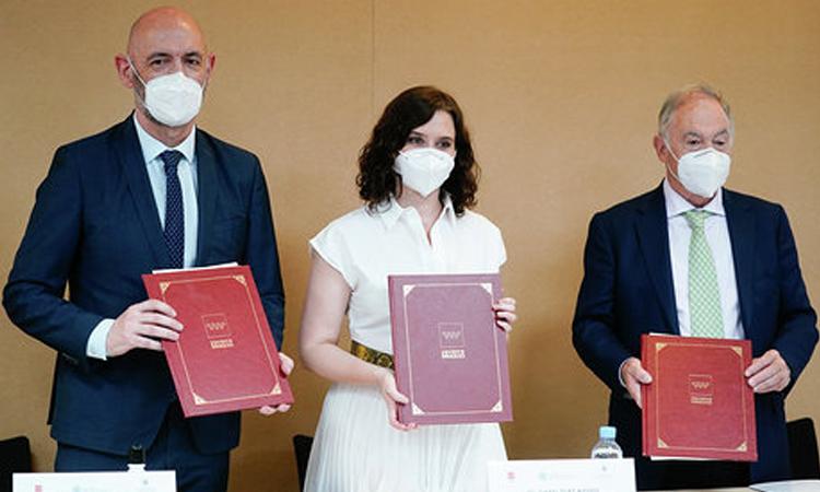 Díaz Ayuso firma un protocolo de actuación pionero en España para proteger a los animales de compañía frente al COVID-19