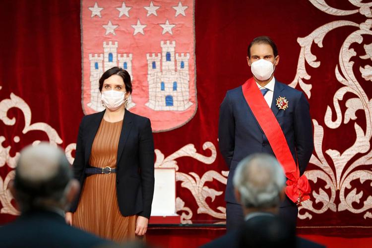"""Díaz Ayuso impone la Gran Cruz de la Orden del Dos de Mayo a Rafa Nadal por su """"descomunal palmarés"""" y sus """"méritos extraordinarios como persona"""""""
