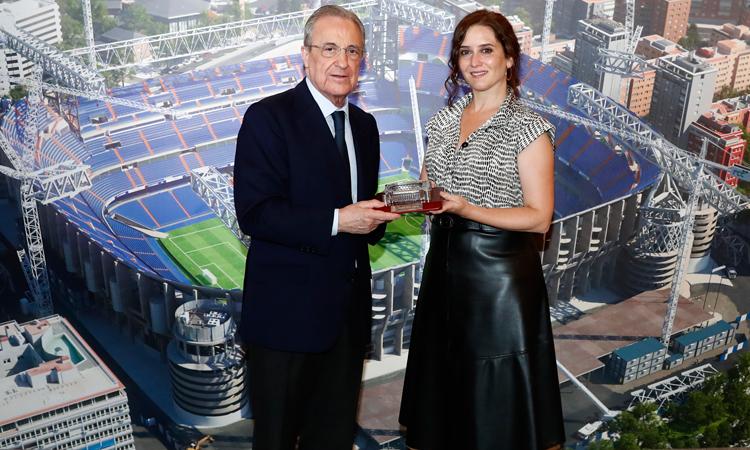 La Presidenta Díaz Ayuso visita las obras del nuevo estadio Santiago Bernabéu