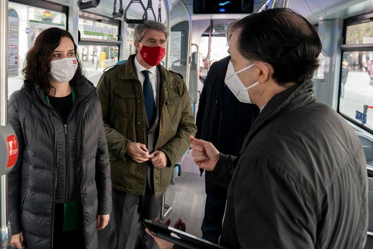 """Díaz Ayuso presenta el primer autobús de hidrógeno que circulará en España: """"Hoy empezamos a probar el transporte del futuro, el transporte sin contaminación"""""""