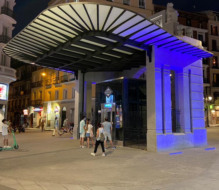 La Comunidad ilumina de azul el templete de Gran Vía de Metro como muestra de rechazo frente a la intolerancia y el odio