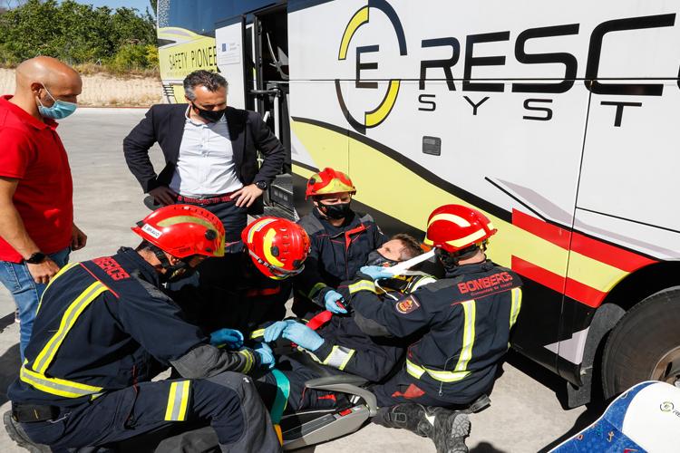 La Comunidad de Madrid organiza un simulacro de evacuación de un autobús realizado por profesionales del Cuerpo de Bomberos regional del Parque de Alcobendas