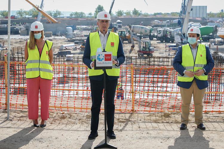 El Consejero de Sanidad, Enrique Ruiz Escudero, comprueba el avance de las obras del centro que se dedicará a COVID-19 y otras contingencias