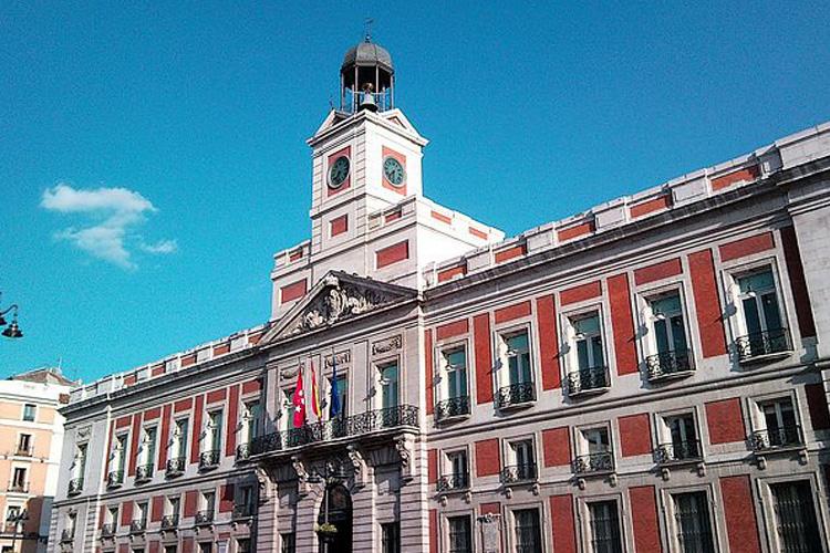 La Comunidad de Madrid pide a los ayuntamientos de la región reforzar la vigilancia para combatir el botellón y las fiestas multitudinarias