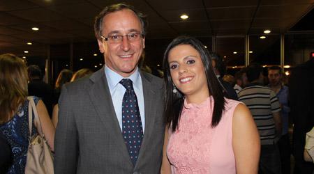 El Ministro de Sanidad, Alfonso Alonso con la Subdirectora  del Instituto de Madrid, Mirella García Molina