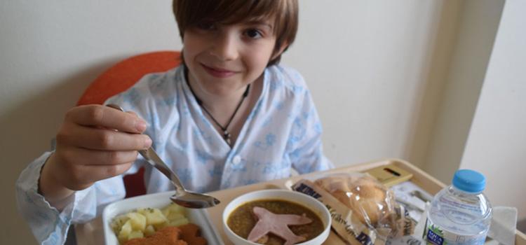 En el Hospital Infanta Sof�a los ni�os comen con el Dr. Men�