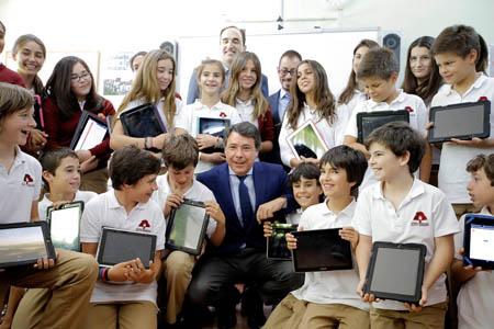 Ignacio González, anunció hoy la creación de una nueva convocatoria para financiar proyectos de innovación tecnológica en los centros educativos públicos de la región.